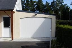 Garage béton enduit accolé à la maison